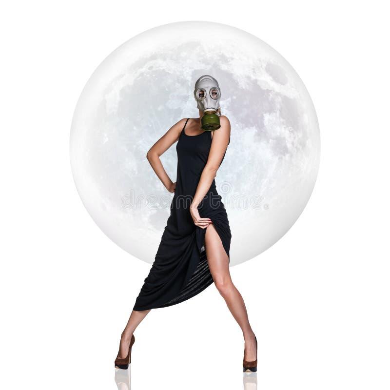 Mujer joven elegante en careta antigás sobre fondo de la Luna Llena imagenes de archivo