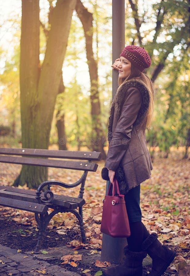 Mujer joven elegante en un parque del otoño fotografía de archivo libre de regalías