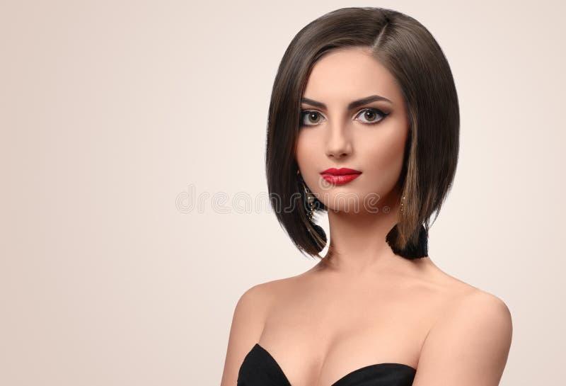 Mujer joven elegante hermosa que presenta en estudio imagen de archivo