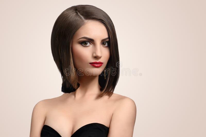 Mujer joven elegante hermosa que presenta en estudio fotos de archivo
