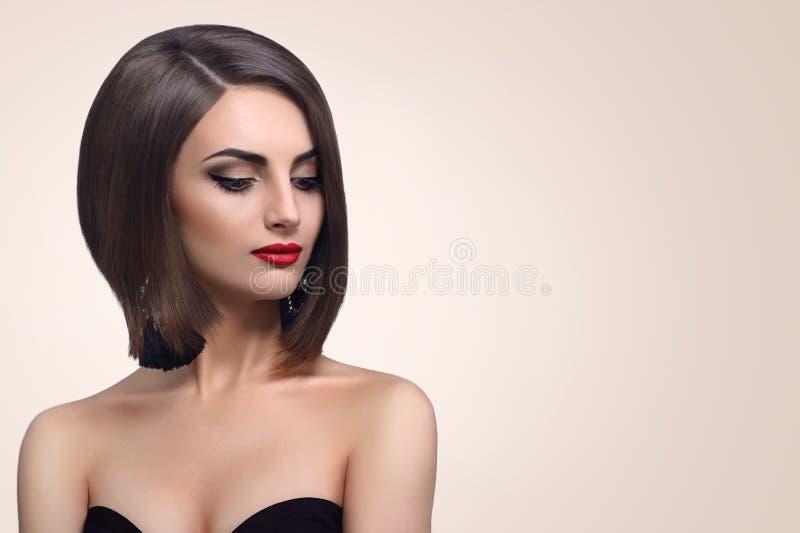 Mujer joven elegante hermosa que presenta en estudio fotografía de archivo libre de regalías