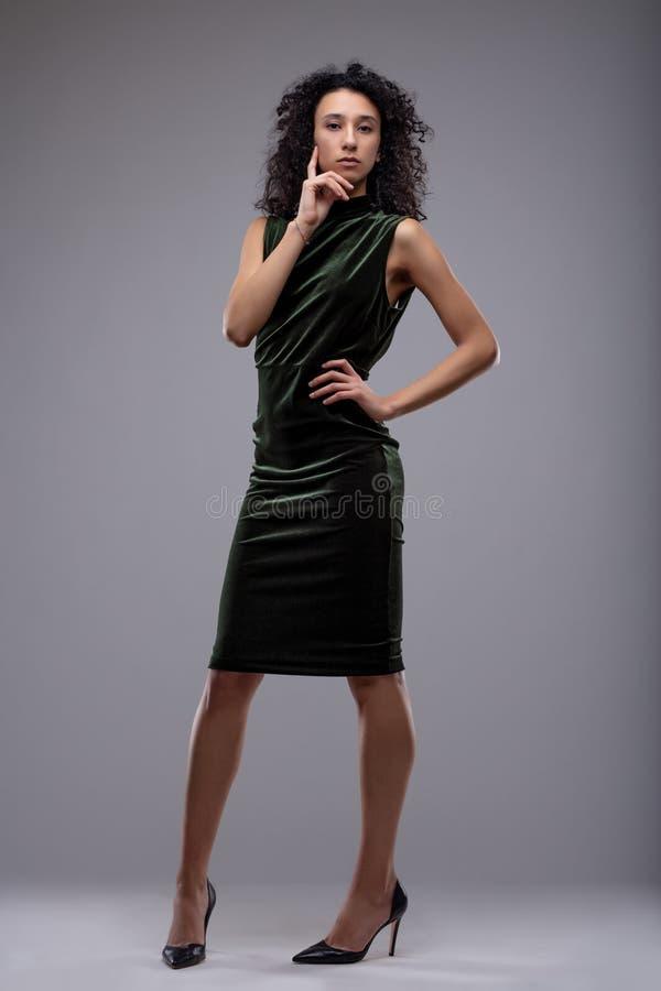 Mujer joven elegante pensativa elegante fotos de archivo