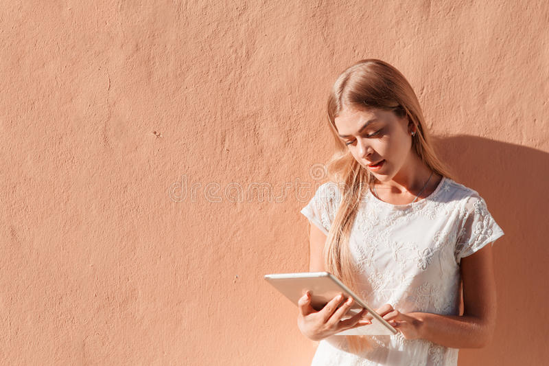 Mujer joven elegante que usa la tableta imágenes de archivo libres de regalías