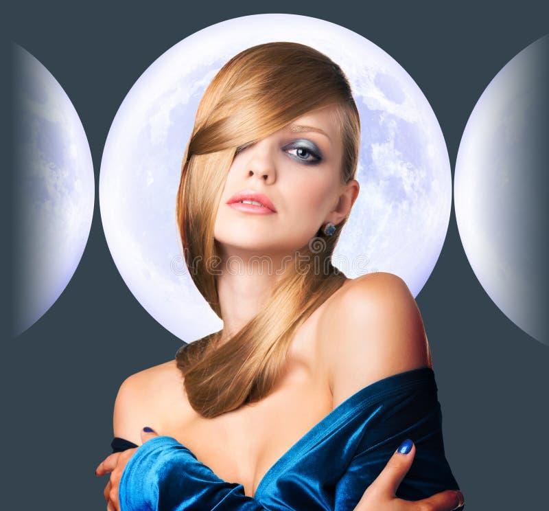 Mujer joven elegante sobre fondo de la Luna Llena fotografía de archivo libre de regalías