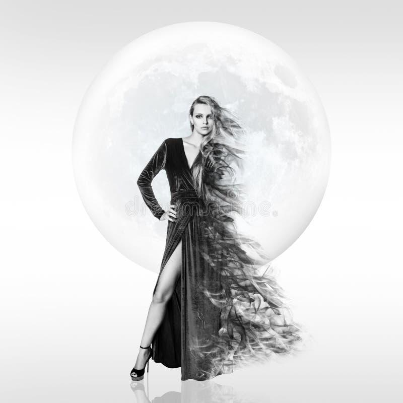Mujer joven elegante sobre fondo de la Luna Llena imagen de archivo