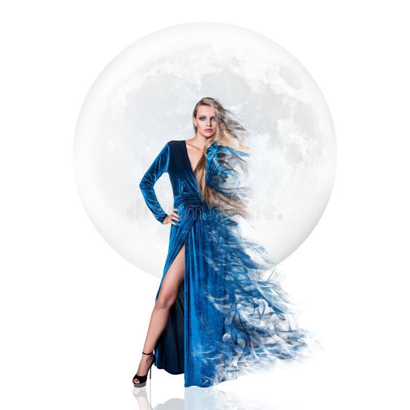 Mujer joven elegante sobre fondo de la Luna Llena fotografía de archivo