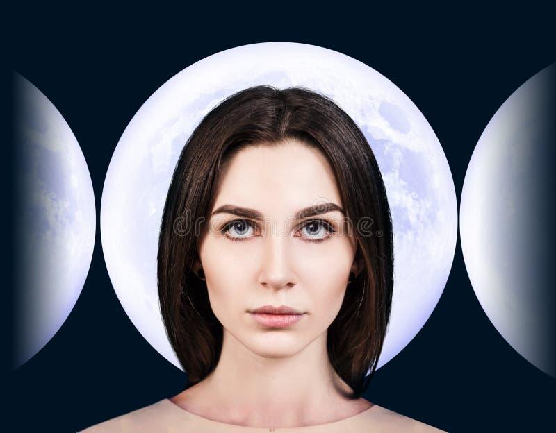 Mujer joven elegante sobre fondo de la Luna Llena imagenes de archivo
