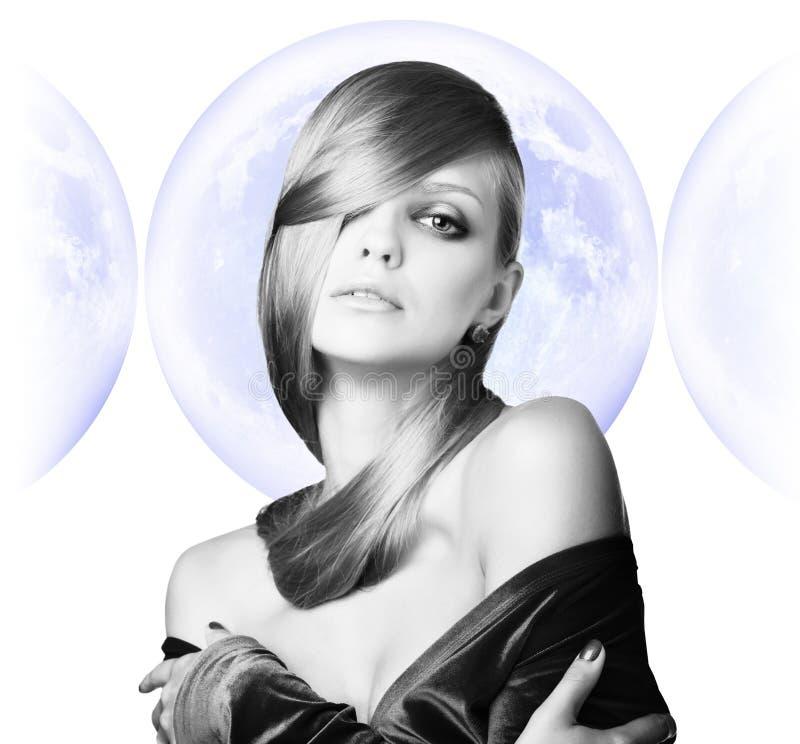Mujer joven elegante sobre fondo de la Luna Llena fotos de archivo libres de regalías