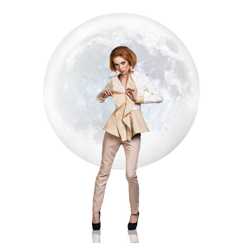 Mujer joven elegante sobre fondo de la Luna Llena imágenes de archivo libres de regalías
