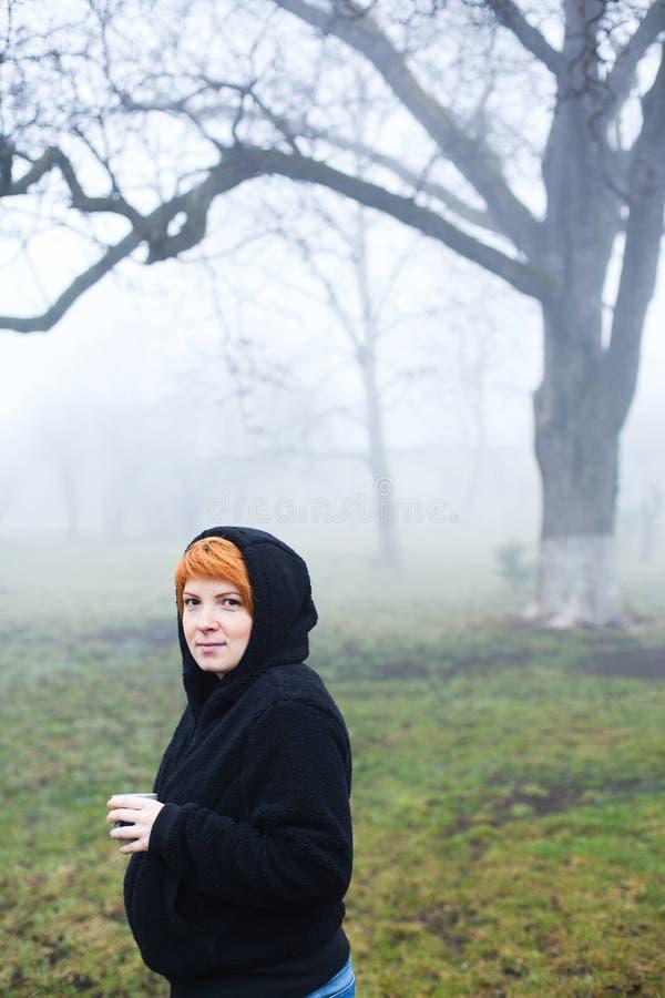 Mujer joven embarazada en el bosque fotografía de archivo libre de regalías