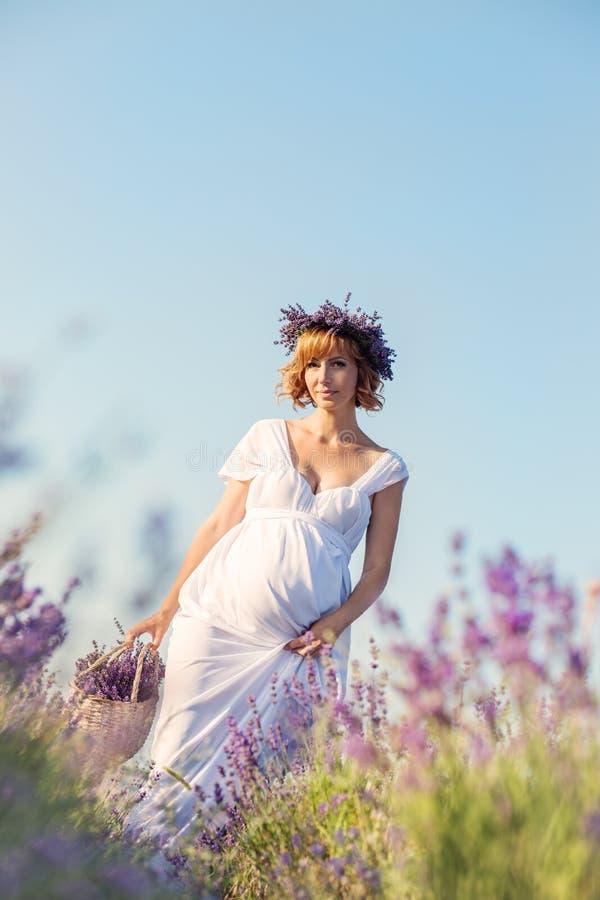 Mujer joven embarazada hermosa en un vestido blanco imágenes de archivo libres de regalías
