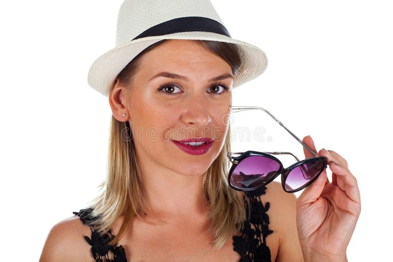 Mujer joven emocionada el verano imagenes de archivo