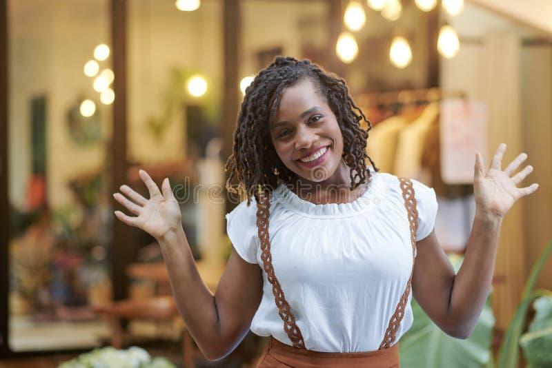 Mujer joven emocionada en centro comercial fotografía de archivo libre de regalías