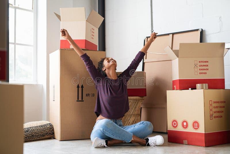 Mujer joven emocionada en nueva casa fotografía de archivo