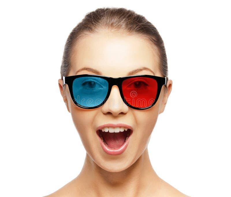 Mujer joven emocionada en vidrios rojos del azul 3d fotografía de archivo libre de regalías