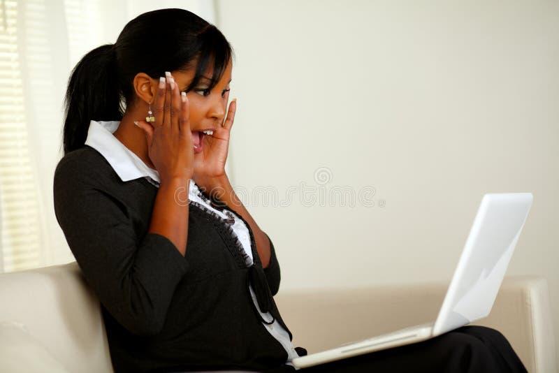 Mujer joven emocionada que grita con las manos para arriba fotos de archivo libres de regalías