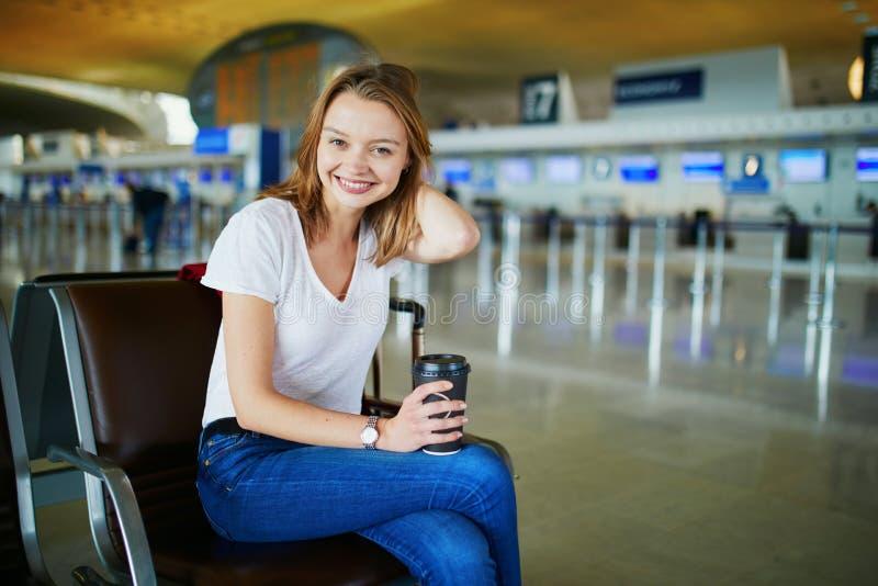 Mujer joven en aeropuerto internacional imagen de archivo