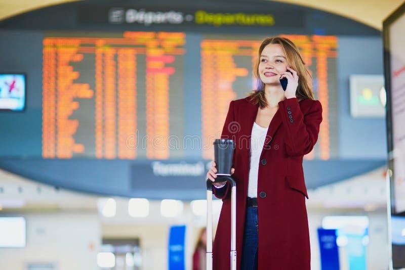 Mujer joven en aeropuerto internacional fotografía de archivo