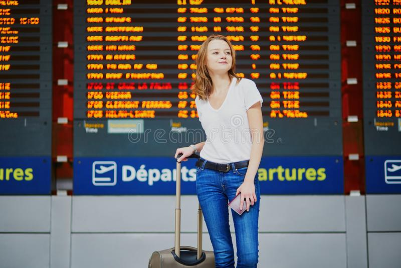 Mujer joven en aeropuerto internacional fotos de archivo libres de regalías