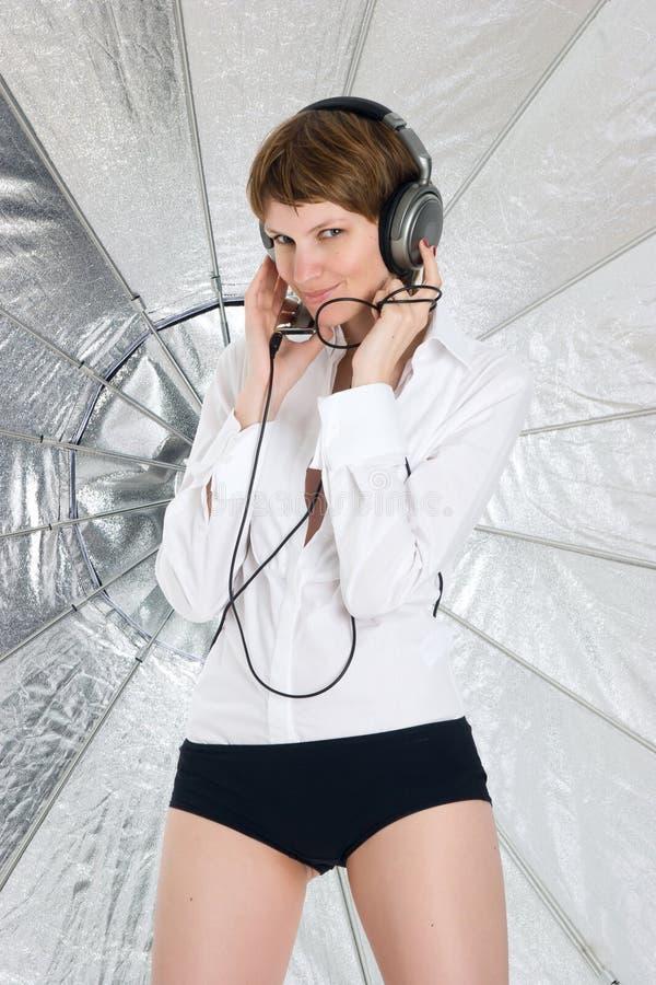 Mujer joven en auriculares grandes imagen de archivo