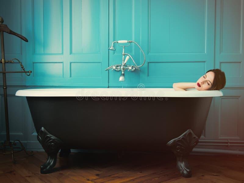Mujer joven en baño imagen de archivo libre de regalías
