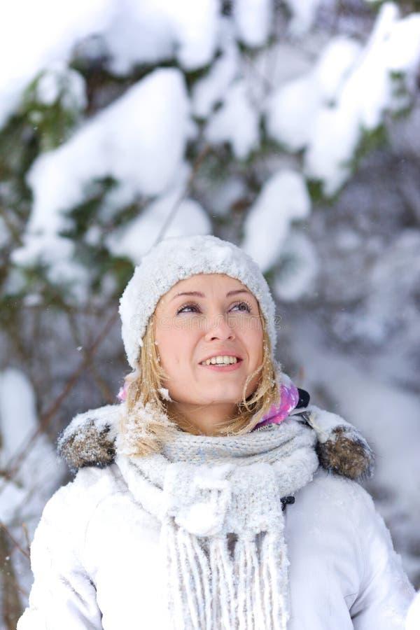 Mujer joven en bosque nevoso foto de archivo