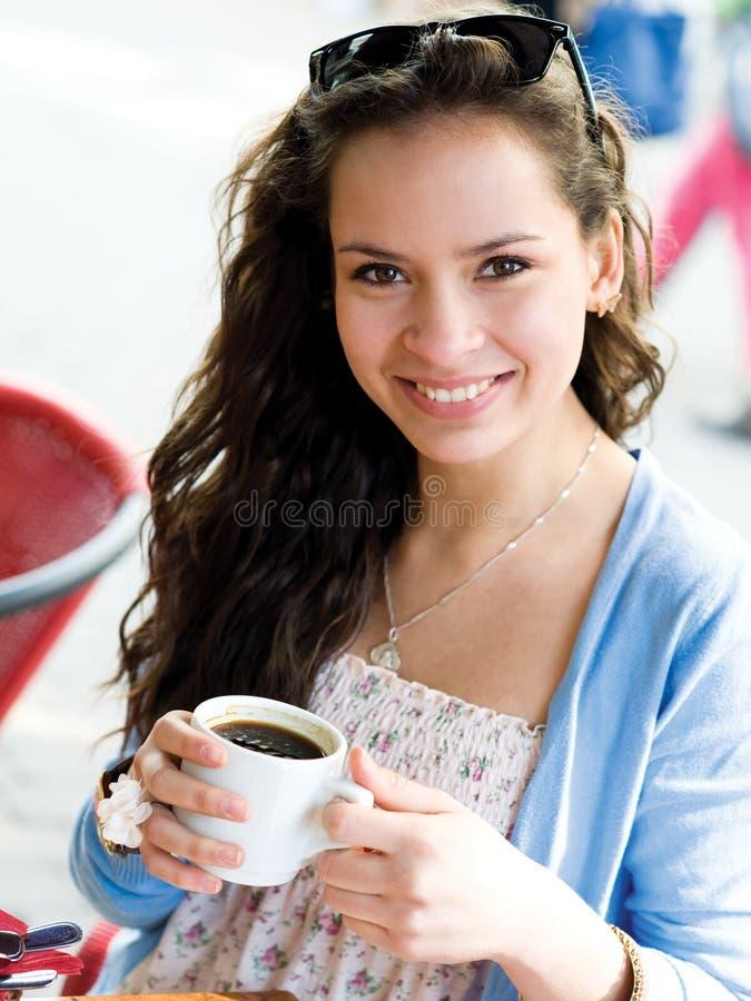 Mujer joven en café imagenes de archivo
