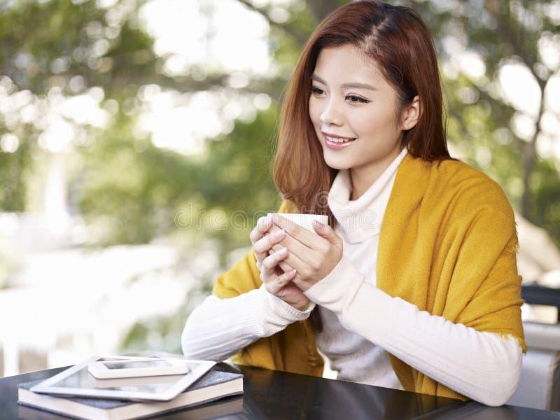 Mujer joven en cafetería imagen de archivo