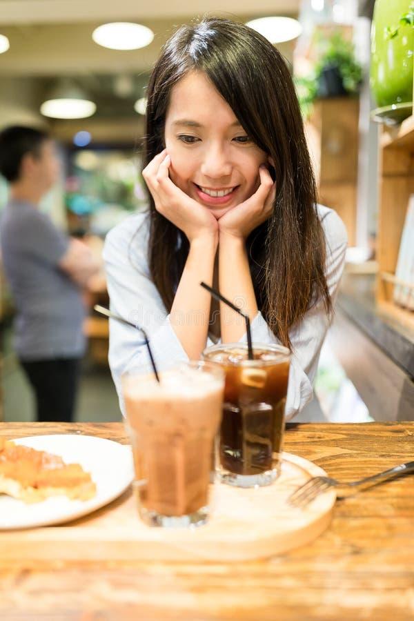 Mujer joven en cafetería foto de archivo libre de regalías