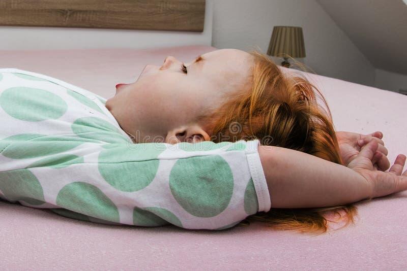 Mujer joven en cama en la mañana foto de archivo