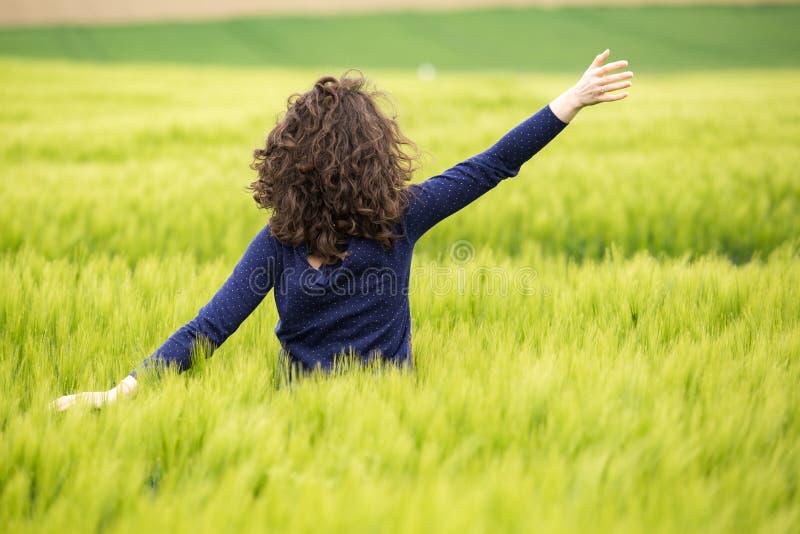 Mujer joven en campo de trigo fotos de archivo