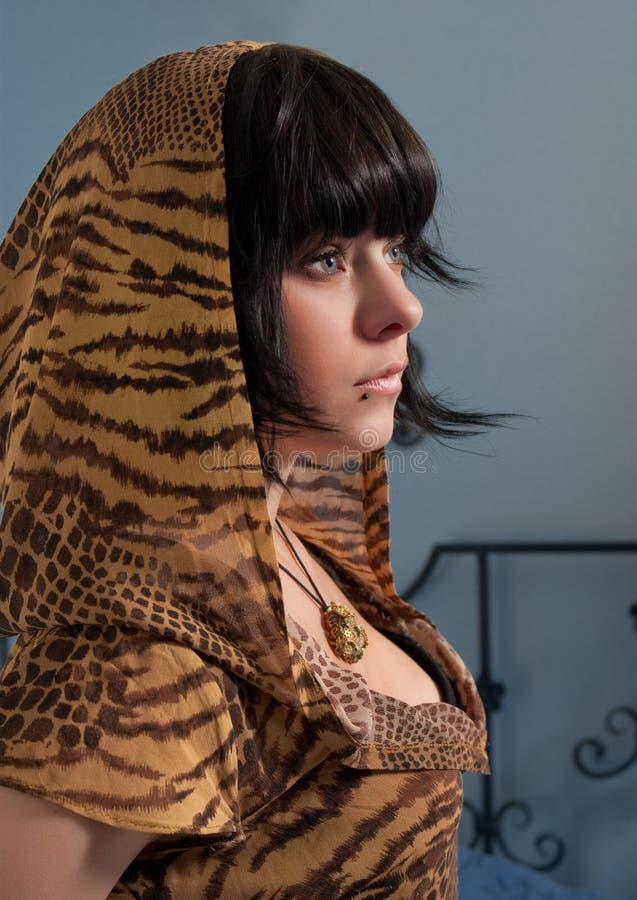 Mujer joven en capo motor del modelo del tigre imágenes de archivo libres de regalías