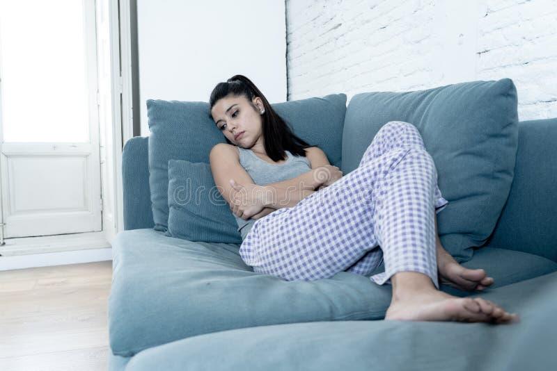 Mujer joven en casa que siente presionada y triste foto de archivo libre de regalías