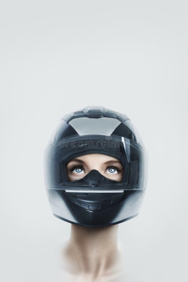 Mujer joven en casco de la motocicleta foto de archivo