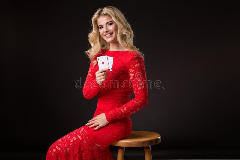 Mujer joven en casino con las tarjetas sobre fondo negro póker fotos de archivo libres de regalías
