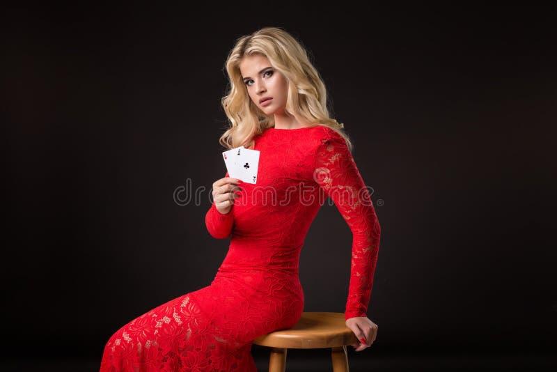 Mujer joven en casino con las tarjetas sobre fondo negro póker imágenes de archivo libres de regalías