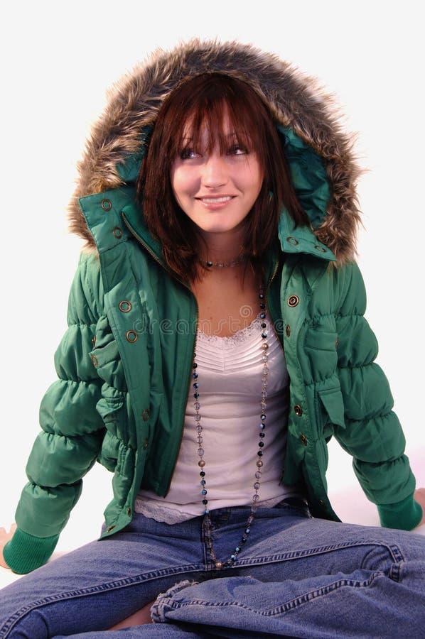 Mujer joven en chaqueta verde fotos de archivo