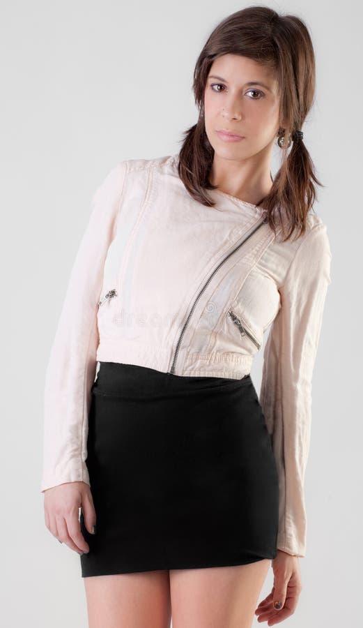Mujer joven en chaqueta y falda foto de archivo