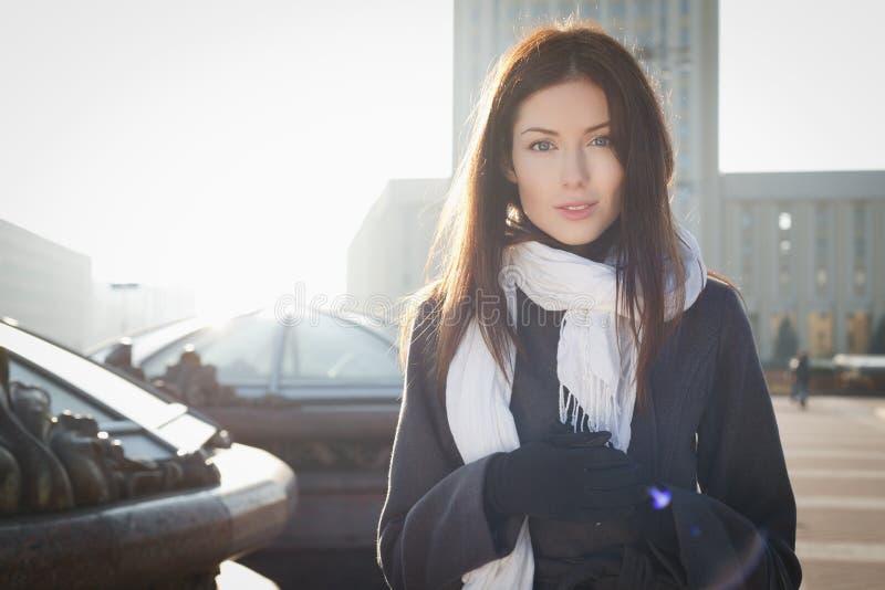 Mujer joven en ciudad foto de archivo
