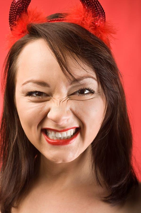 Mujer joven en claxones de los diablos foto de archivo libre de regalías