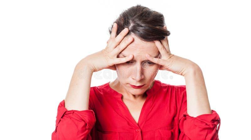 Mujer joven en cuestión que sufre de un dolor de cabeza fotos de archivo libres de regalías