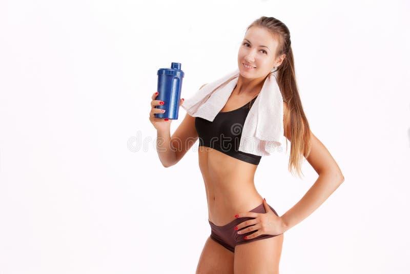 Mujer joven en desgaste de la aptitud con la botella de agua imagen de archivo libre de regalías
