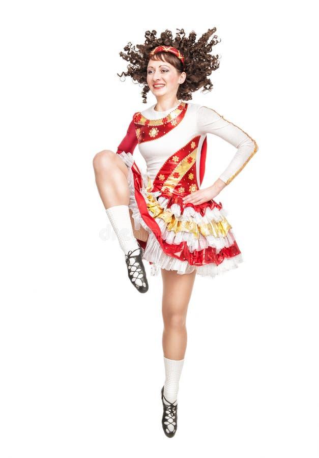 Mujer joven en el baile del vestido de la danza del irlandés aislada fotos de archivo libres de regalías