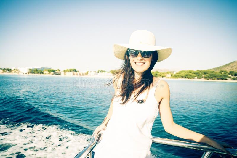 Mujer joven en el barco imagen de archivo libre de regalías