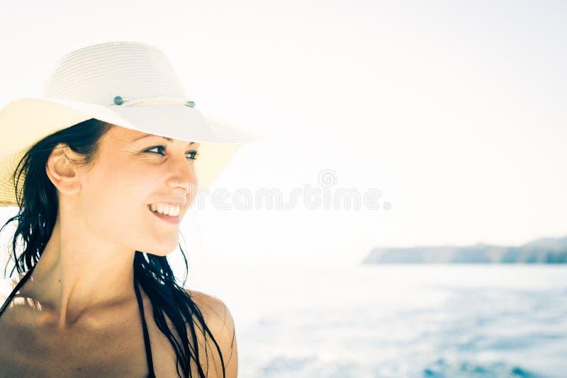 Mujer joven en el barco fotografía de archivo