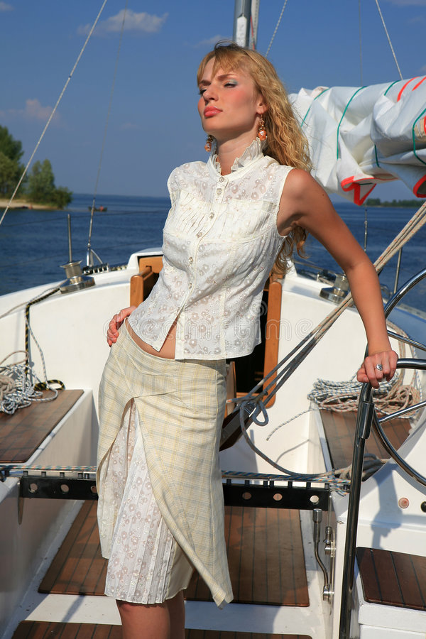 Mujer joven en el barco de vela imagen de archivo libre de regalías