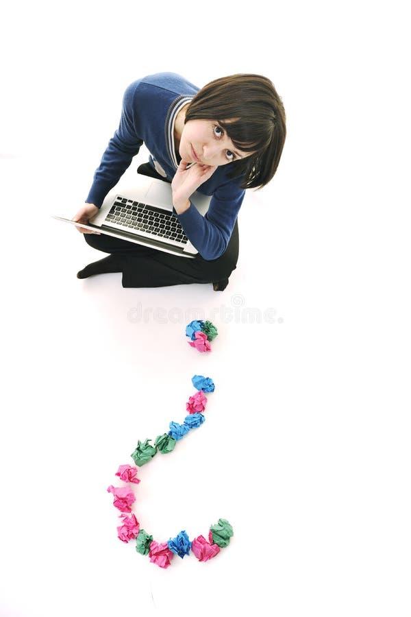 Mujer joven en el blanco que busca soluciones imagen de archivo