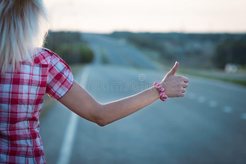 Mujer joven en el camino fotos de archivo