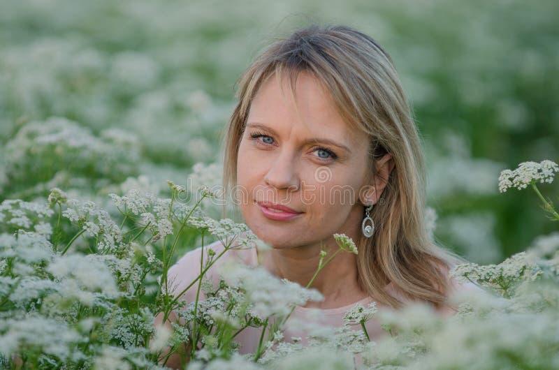 Mujer joven en el campo de la alcaravea imagen de archivo libre de regalías