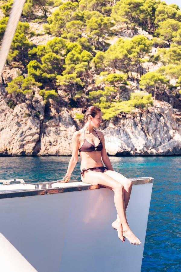 Mujer joven en el catamarán fotografía de archivo